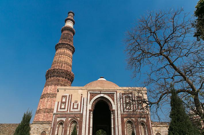 Der rote Sandsteinturm des Qutb Minar (Höhe ca. 70 m).