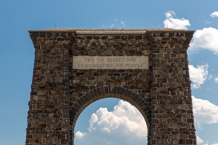 Der Roosevelt Arch in der Nähe von  Gardiner (Montana) ist am Nordeingang des Yellowstone Nationalpark.