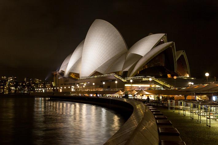 Der Platz vor der Oper unter der Woche bei leichtem Regen ...