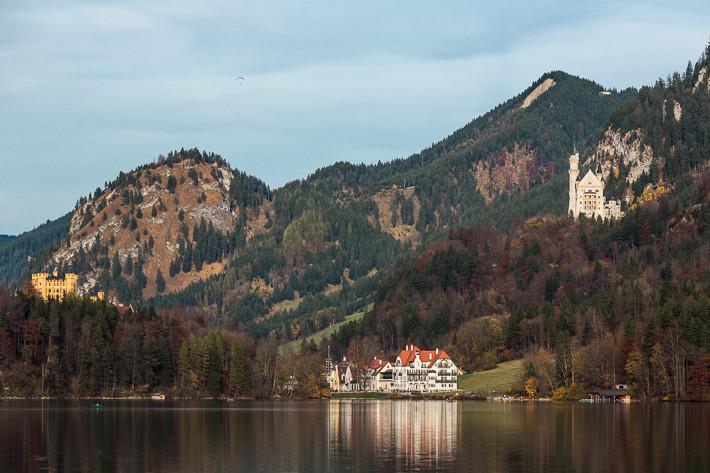 Blick vom Alpsee auf die Königsschlösser Hohenschwangau und Neuschwanstein.
