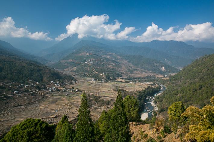 Blick auf das obere Punakha Tal und die Berge des Himalaya..