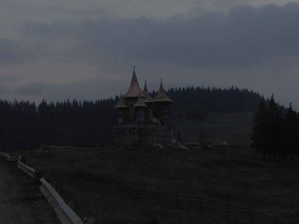 Auch auf dem Prilop Pass auf 1416 m wird eine Kirche gestellt.