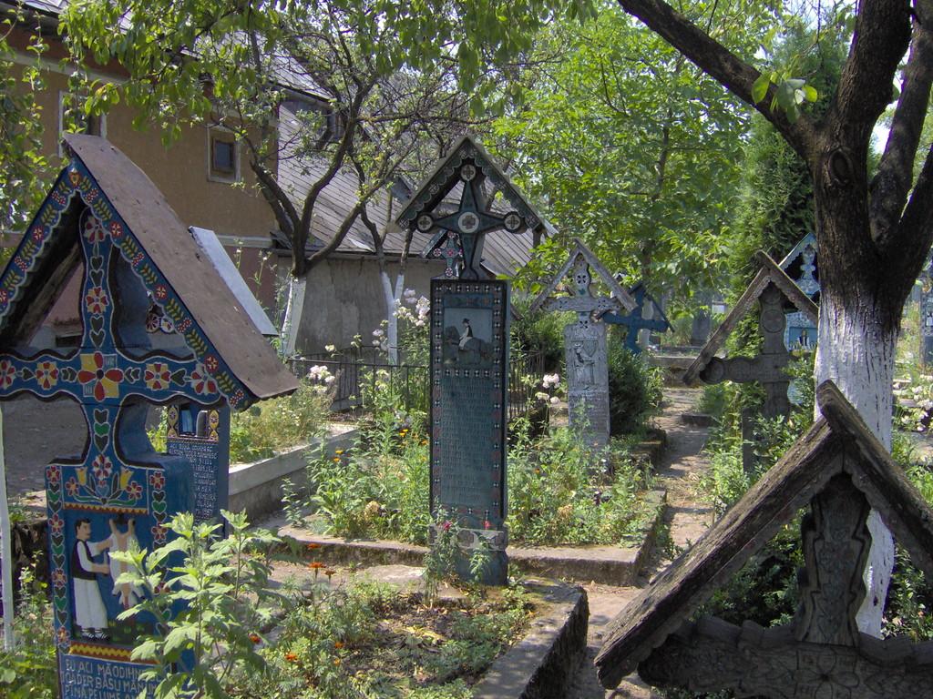 Der heitere Friedhof von Sapanta mit den geschnitzen und