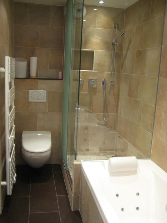 Salle de bain avec baignoire et douche accolées