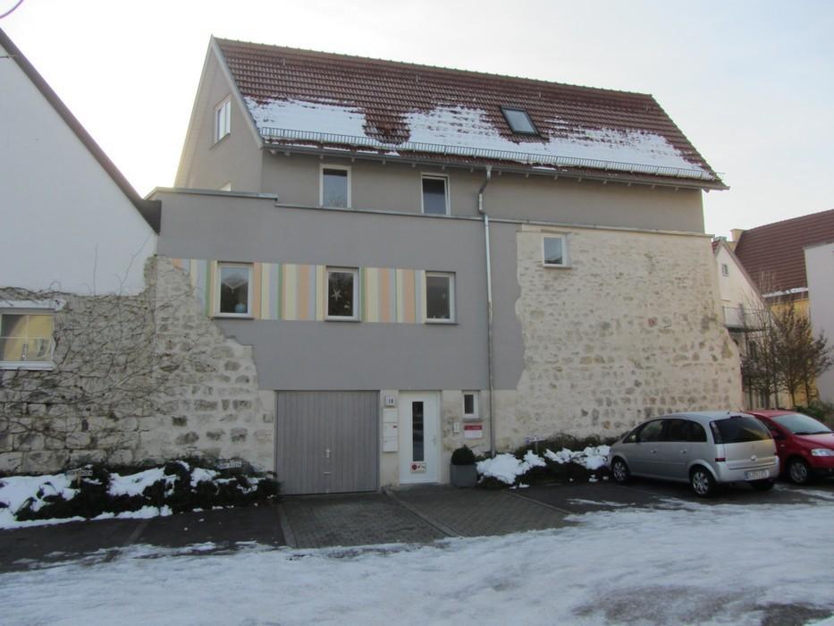 Eingebundene Stadtmauer in Neubau