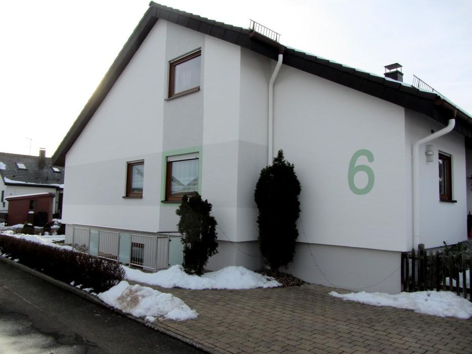 Fassade mit Gliederung und Hausnummer
