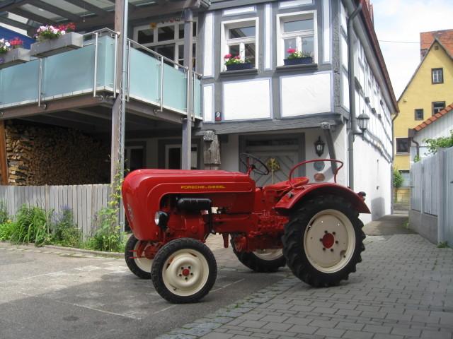fertiger Traktor vor unserem Wohnhaus