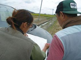 地図を見ながら藁寄せに入る田んぼの位置と手順を打ち合わせ。