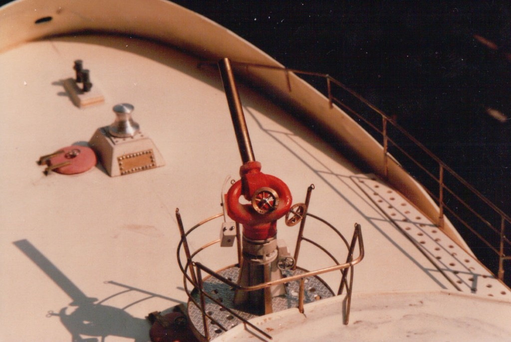 Versuchsmonitor (rot) wurde später komplett neu gebaut