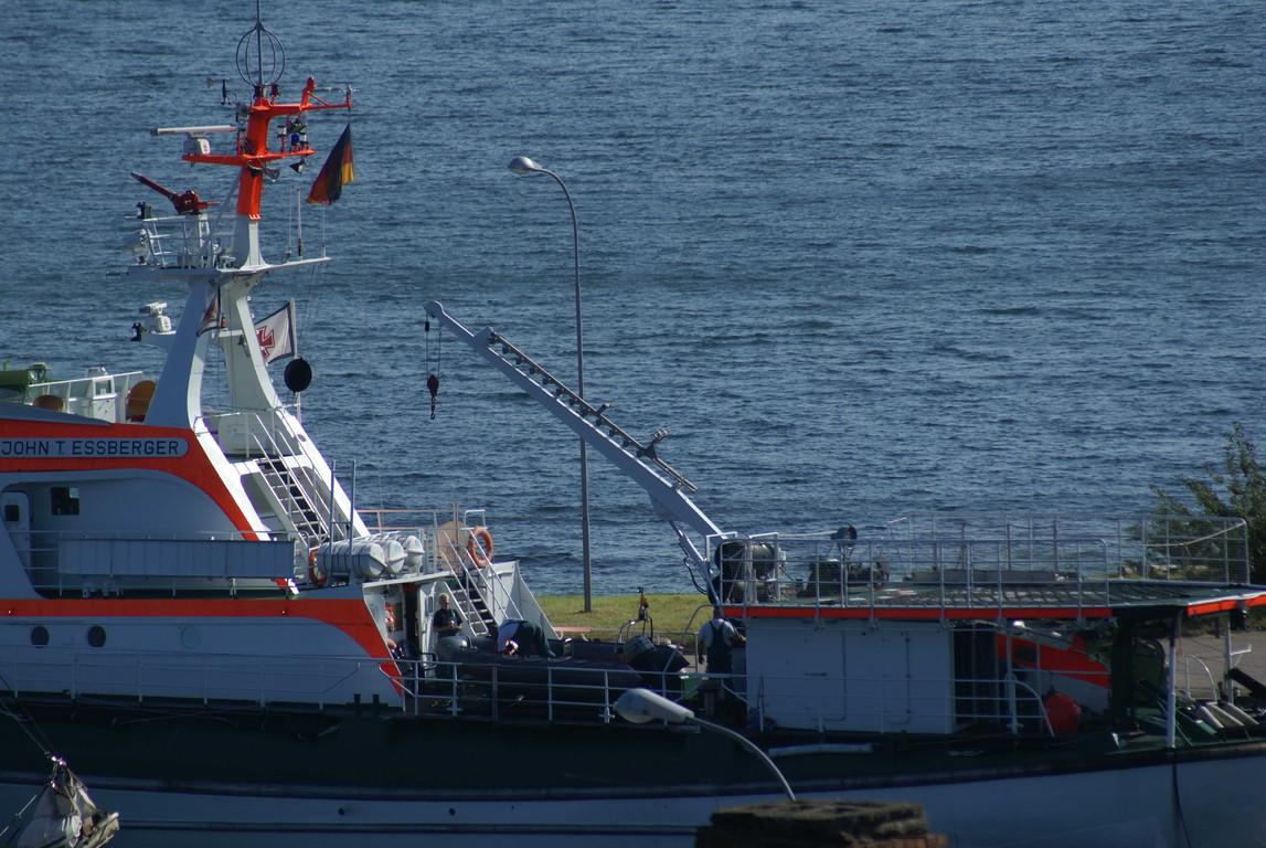 Kraneinsatz: Schlauchboot wird abgesetzt