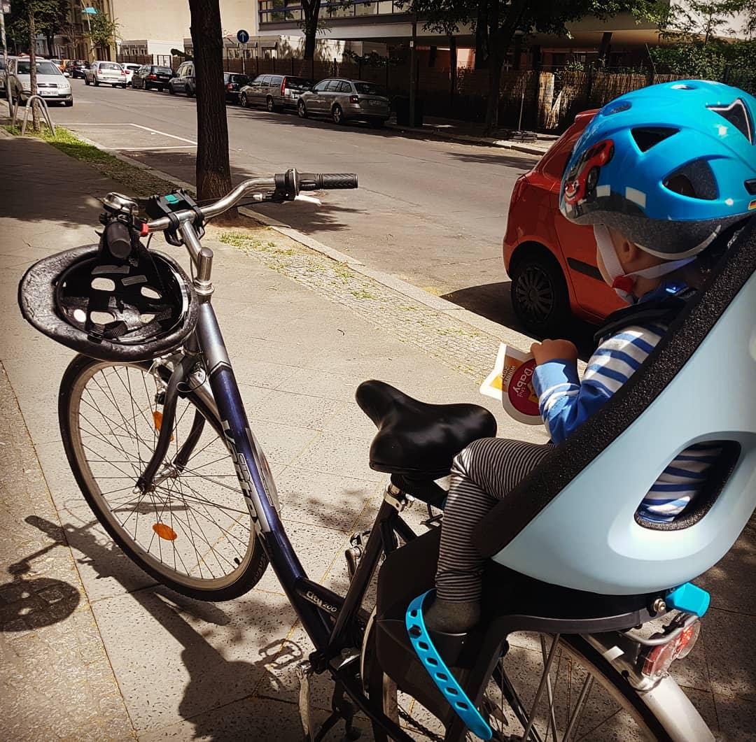 """Junior fühlte sich von der ersten Fahrt an wohl im Kindersitz fürs Rad von """"Thule""""."""