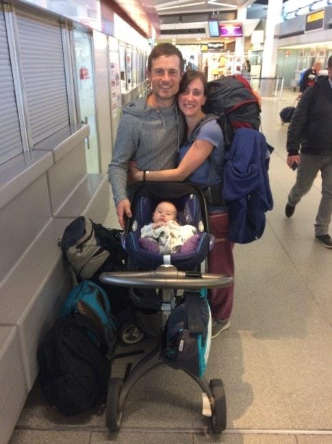 Familie auf Flughafen mit wenig Gepäck für eine lange Reise mit Baby in der Elternzeit.