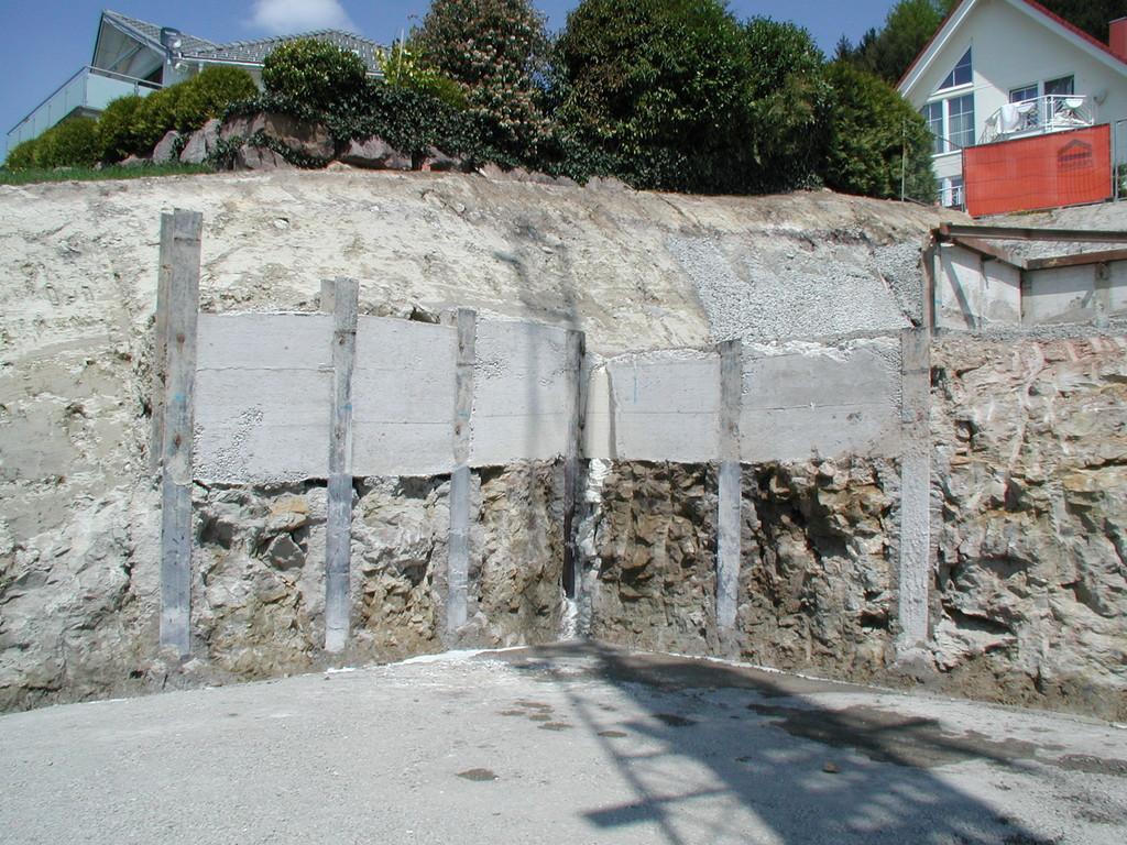 Die Rühlwand auf der unteren Ebene verhindert ein Abgleiten des Erdkeils und sichert somit die Situation der Nachbarparzelle.