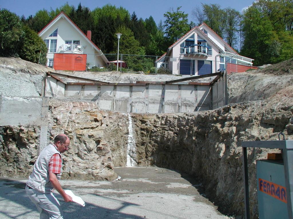 Die Garage mit Hauszugang kommt komplett in den Fels zu liegen.