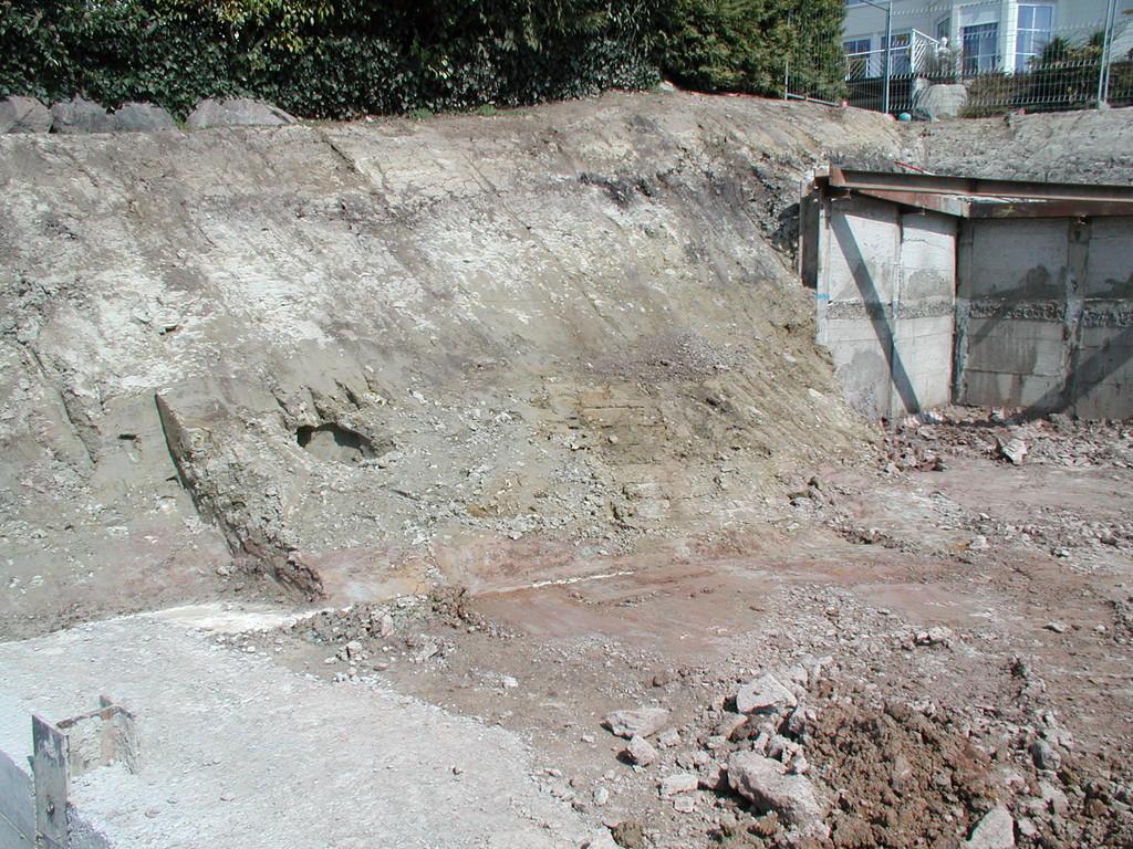Die Böschung zur Nachbarparzelle wird zu steil und kann nicht ohne Verbauung ausgeführt werden.