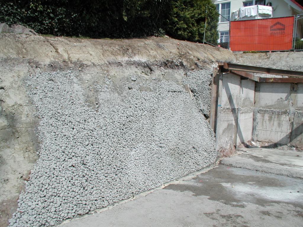 Aufgelegter Filterbeton sichert die Böschung zur Nachbarparzelle und verhindert ein ausschwemmen von Feinanteilen.