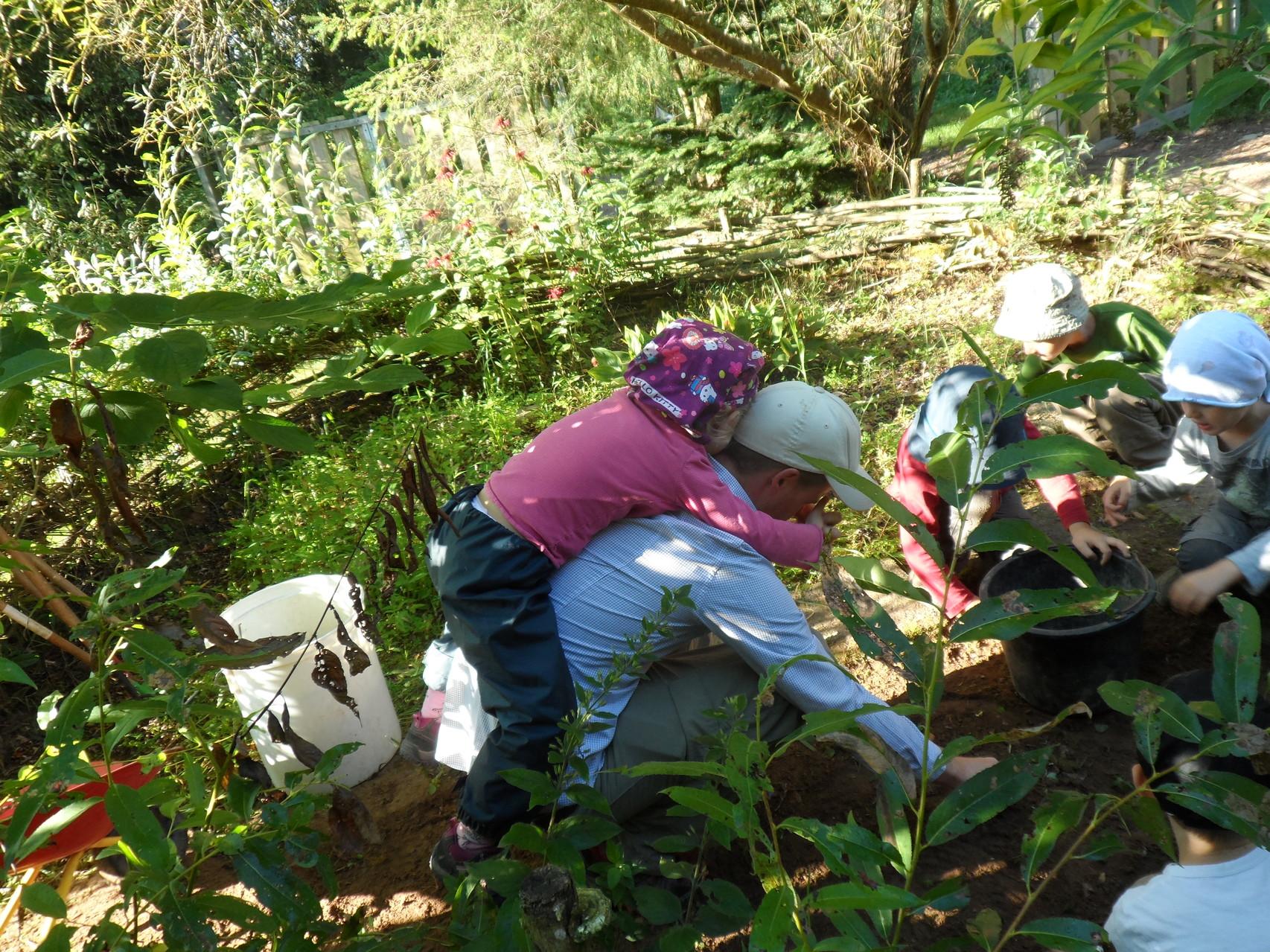 ...machen Gartenarbeit (mehr oder weniger)...
