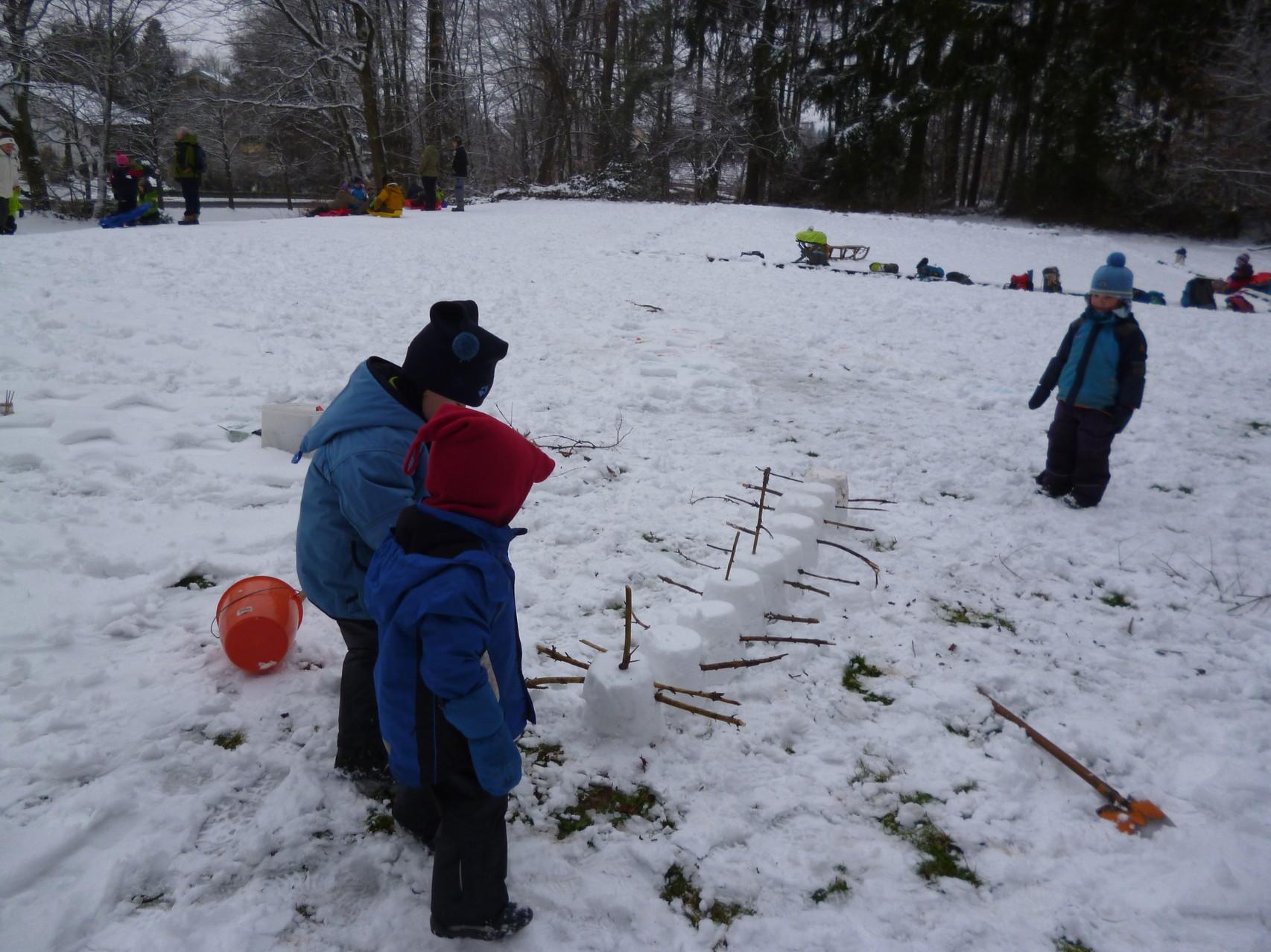 ...bauen einen Schneetausendfüßler...