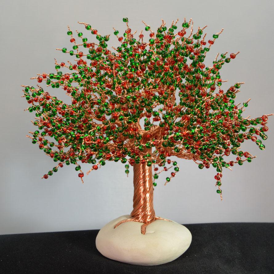Jenny: Heller Kupfer mit roten und grünen Perlen