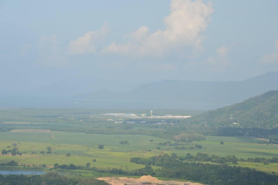 Der Flughafen von Cairns im Hintergrund