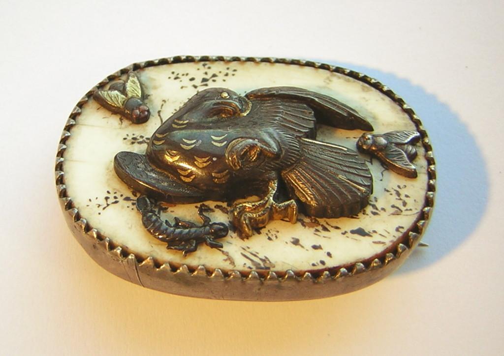 Japanische Silberbrosche mit Elfenbein aus der Meiji Periode, 4 Applikationen,ca 32x23x8 mm 15,2 g Preis 300,00