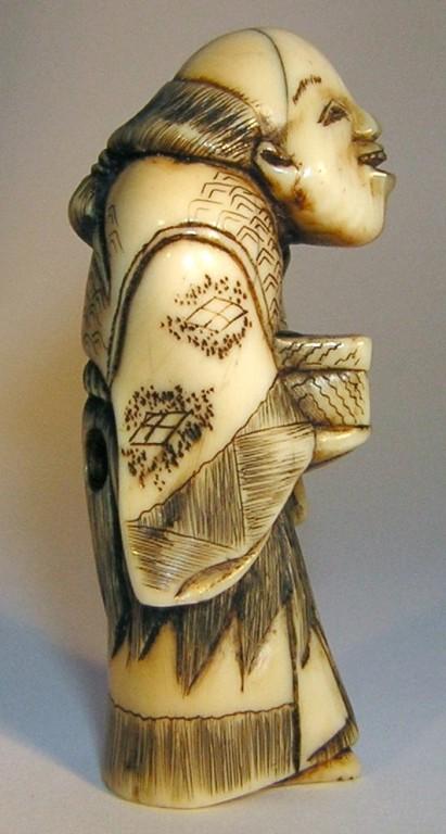 Netsuke 1130 Katabori Urashima Tarô mit Angel und einer Köderbox - Himotoshi  Edo Zeit - 1.H. 19.Jh. um 1840  unsigniert  Elfenbein -  mit sehr schöner Gebrauchspatina, leichter  geschlossener Altersriss am Kopf  ca 45x16x17 mm 14,5 g  455,00 EUR