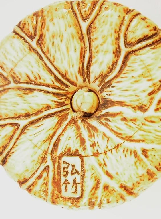 Netsuke 1381 Manju Elfenbein  Darstellung: zwei Lotosblüten und Blätter  Rs. Zierwerk und Ornamente  signiert KOCHIKU  Edo Zeit - 19.Jh. um 1850  guter Zustand und  Gebrauchspatina, materialbedingter Altersriß  ca 52x19 mm 56,4 g 1090,00 EUR