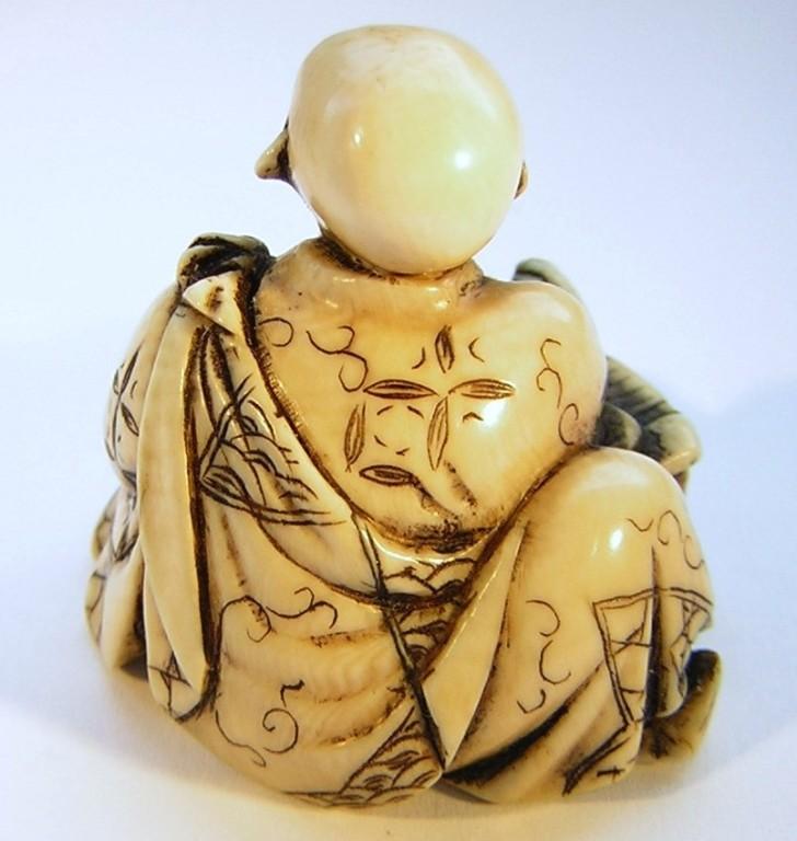 Priestermönch beim lesen einer Schriftrolle  Himotoshi unten  signiert  Edo Zeit - 19.Jh. um 1865  Elfenbein -  feine Ausarbeitung mit schöner Gewandverzierung und  schöne Gebrauchspatina  ca 30x29x28 mm 20,8 g  Preis 515,00 EUR