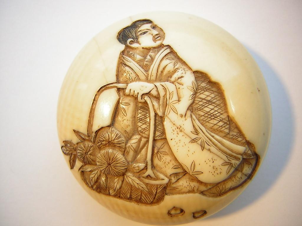 Netsuke 1497 Manju junge Frau mit Blumenkorb im versenkten Relief  Edo Zeit -  19.Jh. um 1850/60  signiert: GYOKUJU & KAO  Elfenbein, feiner geschlossener Altersriß  ca 38x18 mm ca 15,5 g   795,00 EUR