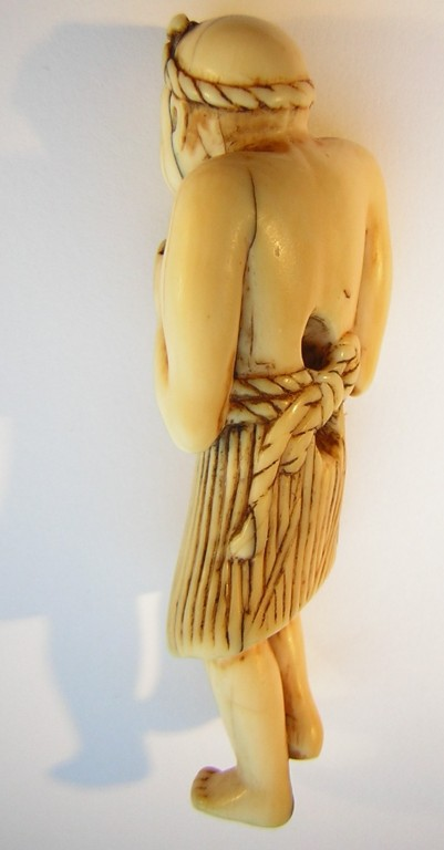 Netsuke 1229A Katabori Fischer mit Strohrock, Angelgeräte aus 18.Jh. linke Hand Ange3lschnur auf Spindel , rechts Angelgerät mit Hacken - Himotoshi am Rücken  Edo Zeit - 18.Jh. um 1760/70  unsigniert  Elfenbein - nicht störendes Stiftsloch EUR 850,00