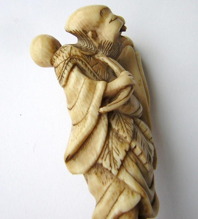 Netsuke 1004 Katabori Netsuke 形彫 aus Elfenbein  Darstellung: lachender Sennin mit geschulterter Kürbistrinkflasche spätes 18.Jh. um 1790 EUR 840,00