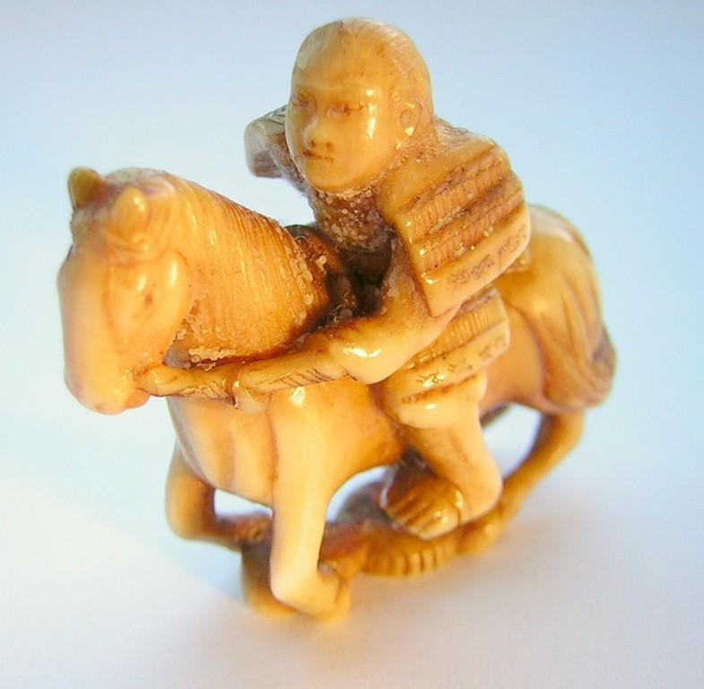 Netsuke 1028 Japanisches Katabori Netsuke 形彫 aus Elfenbein/Ivory  Darstellung: Samurai auf Pferd Himotoshi am Boden Edo Zeit - 19.Jh. um 1850  signiert  Elfenbein - leichte übliche Tragesspuren EUR 440,00
