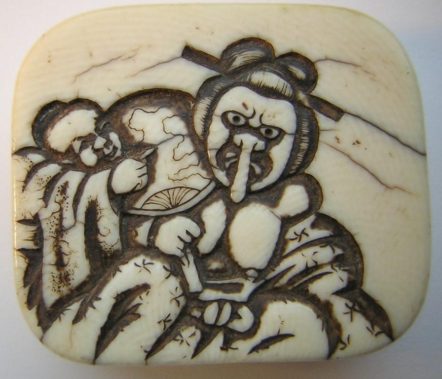 Japanisches Manju Netsuke  Darstellung: Schauspieler mit langer Nase und Fächer, der von einem japanischen Jungen (karako) geneckt wird Rs. Fächer od. Geschicklichkeitsspiel mit 2 Bällen  unsigniert  Edo Zeit - 2. H 19.Jh. um 1860  Elfenbein  fein ausge