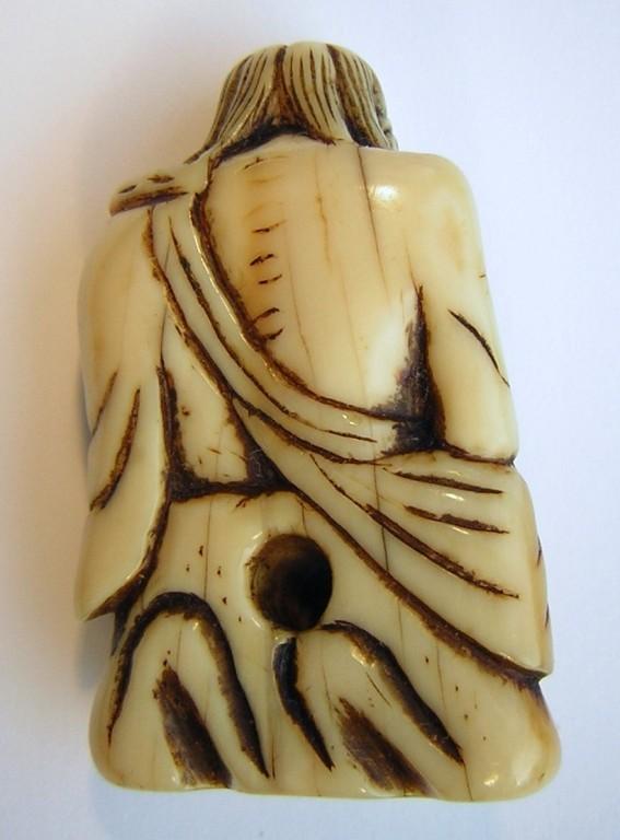 Netsuke 1147 Katabori sitzender Sennin mit Wanderstab, kraftvolle Darstellung - Himotoshi am Rücken und Boden  Edo Zeit - 18.Jh. um 1760-65  unsigniert  Elfenbein - leichte nicht störende geschlossene Altersrisse  ca 45x26x15 mm 25,9 g  630,00 EUR