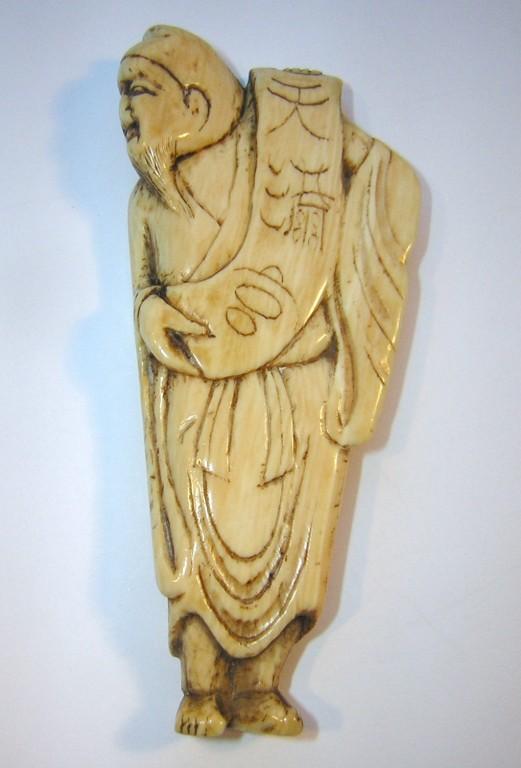 Netsuke 1132 Katabori chin. Gelehrter mit Schriftrolle -  Himotoshi  Edo Zeit - 18.Jh. um 1780-90  unsigniert  Elfenbein -  in gutem Zustand mit sehr schöner Gebrauchspatina  ca 75x30x6 mm 20,5 g  Preis 520,00 EUR