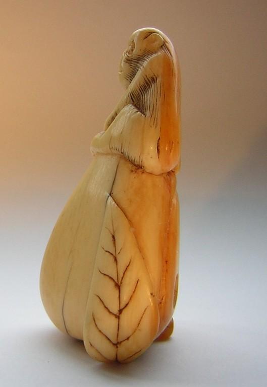 Netsuke 1231 Katabori Affe auf großem Pfirsich sitzend Elfenbein Edo 1760/70 ca 45x27x17 mm 40,5 g unsigniert EUR 1199,00