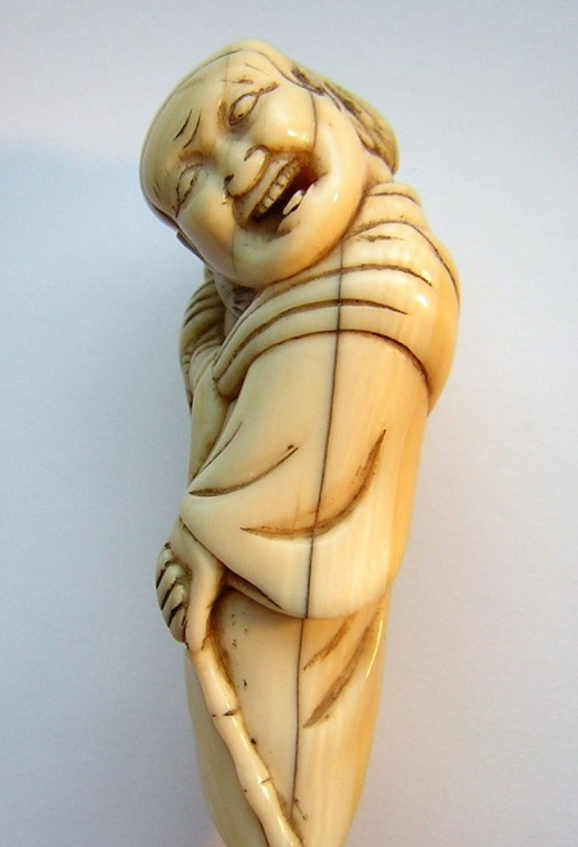 Netsuke 1228 Katabori Affengaukler mit geschulterten Äffchen  -  Himotoshi  Edo Zeit - 18.Jh. um 1750-60  unsigniert  am Fuß 2 Stiftslöcher, ca 67x25x18 mm 30,6 g  2390,00 EUR