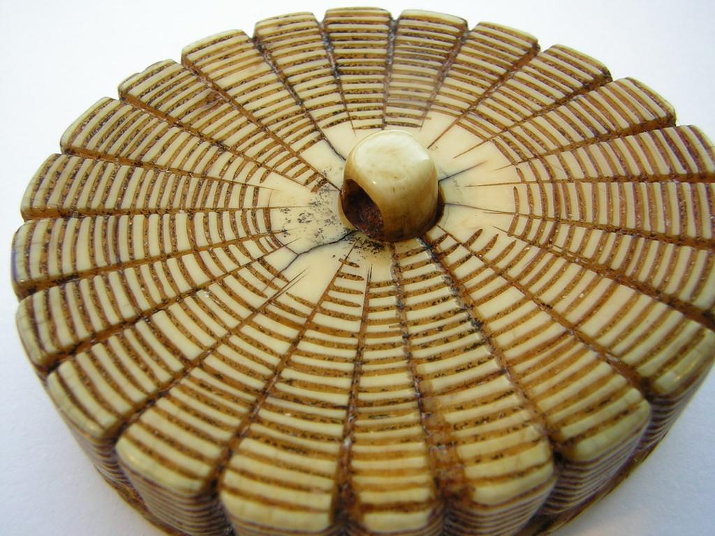 Netsuke 1334 Manju Netsuke 饅頭 Elfenbein  ovaler Korb mit Muscheln  unsigniert  Edo Zeit - frühes 19.Jh. um 1820  sehr kraftvolles Manju Netsuke in feiner Ausarbeitung und nichtstörenden feinen geschlossenen Altersrisse ca 37xx30x7 mm 21,1 g  475,00 EUR