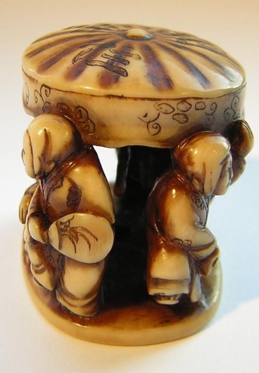 Netsuke 1343 Katabori sechs Tänzer unter Schirm, auf dem Schirm die Schriftzeichen: SUMIYOSCHI ODORI  späte Edo Zeit -  19.Jh. um 1860  unsigniert,   Elfenbein -  schöne Gebrauchsalterspatina und guter Zustand  ca 36x25x30 mm 28g 735,00 EUR
