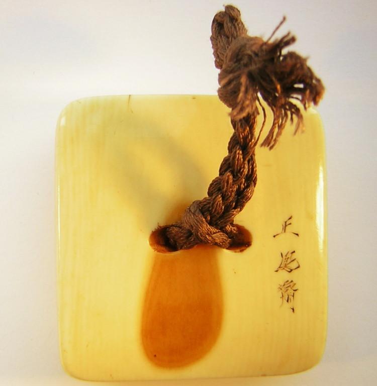 Netsuke 1348 Elfenbein Katabori Manju meditierender Daruma  signiert SHO-HO-SAI  Edo Periode - mitte H 19.Jh. um 1850/55  Elfenbein   sehr gute kraftvolle weiche Ausarbeitung in bestem Zustand  Wert ca 2000,00 €  ca 43x44x13 mm 31,1 g EUR 1099,00