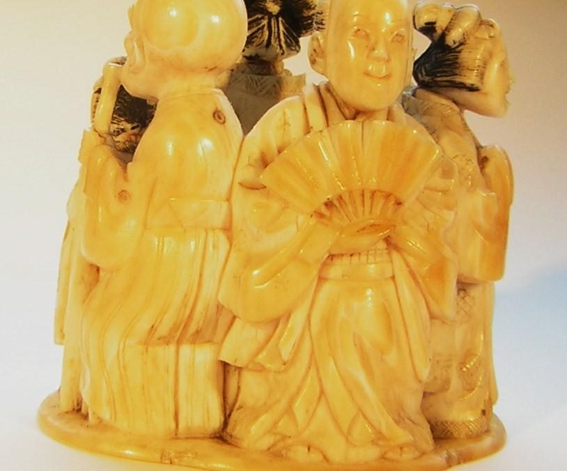 Netsuke 1459 Okimo Katabori sechsstadtmänner und Frauen ende Edo, frühe Meiji Periode  signiert: TOGYOKUSAI od Hozan  zwei Sigelsignaturen in rot und schwarz akzentuirter Tusche  Elfenbein, materialbedingter Altersriss 49x48x41 mm 70,7 g  Preis 750,00 EUR