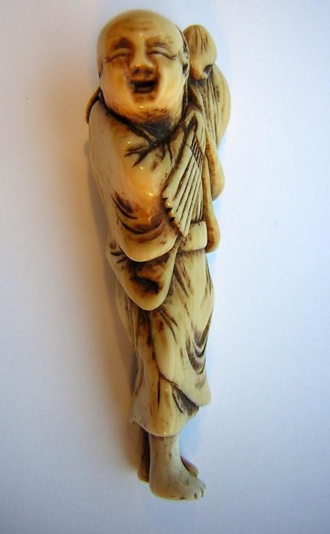 Netsuke 1002 Katabori Netsuke 形彫 aus Elfenbein tanzender Bauer mit Fächer spätes 18. Jh.um 1785-90 EUR 349,00
