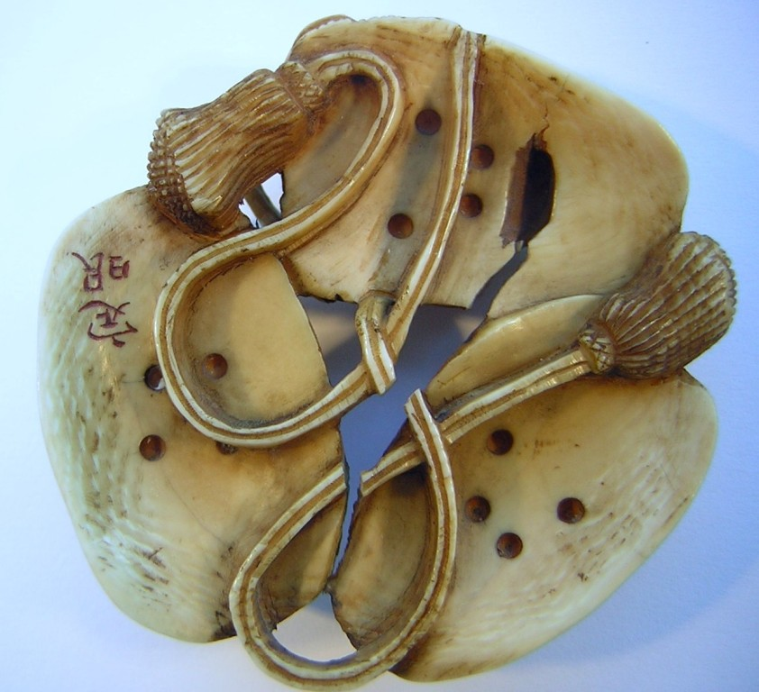 Netsuke 1194 Masken Katabori 3 Masken - eine davon mit Hörnern  signiert  Edo Zeit - 19.Jh. um 1860  Elfenbein - leider gibt es zwei größere offene Risse vgl. Photosca 45-42x12 mm 22 g  unser günstiges Angebot - 345,00 EUR