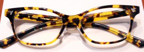 フジテレビ『続・最後から二番目の恋』キョンキョン(小泉今日子さん)演じる吉野千明がドラマの中で掛けていたメガネ。職場でのシーンでよく使われていました
