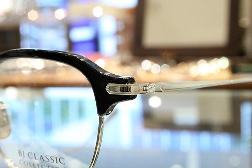 ブローパーツにセルロイドを使用し極力薄く、両サイドを削り込むことで見た目の重さを軽減。