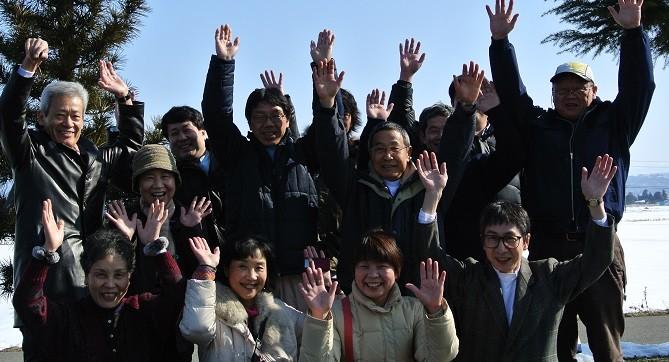 治療ボランティアメンバー(会津磐梯山をバックにバンザイ~サン)
