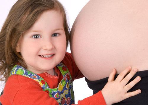 babybauch und geschwisterchen