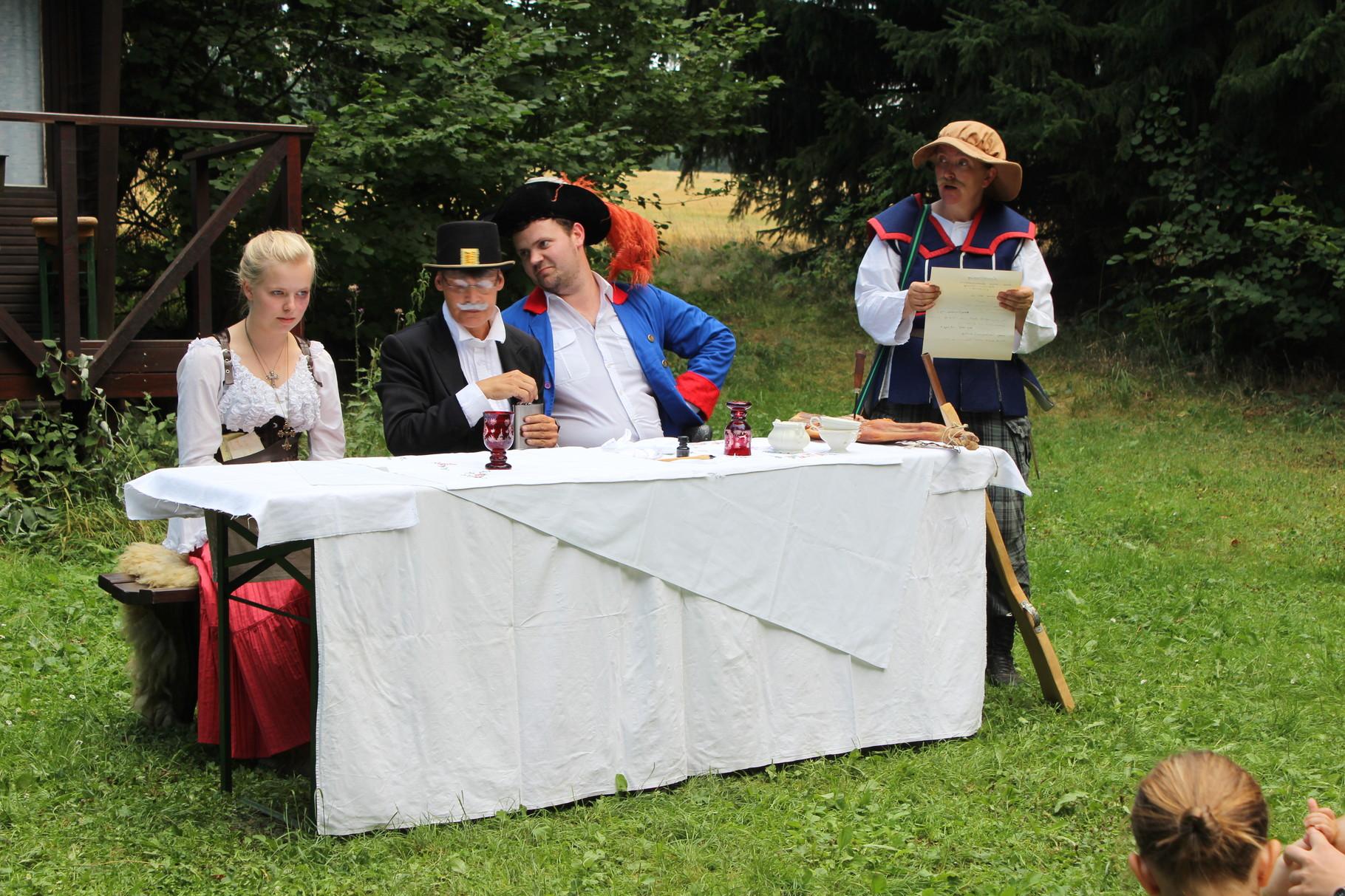 Richter Wolf, die Gendarmen Range und Hase kommen nach Dörfel, um Stülpner zu fangen und Richter-Tochter Christine mit Range zu verloben.