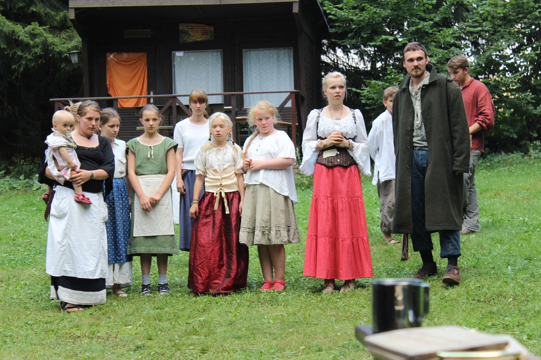 Die Bewohner des Dorfes, die Wolfin und Stülpner beobachten den Abzug des richterlichen Aufgebots.