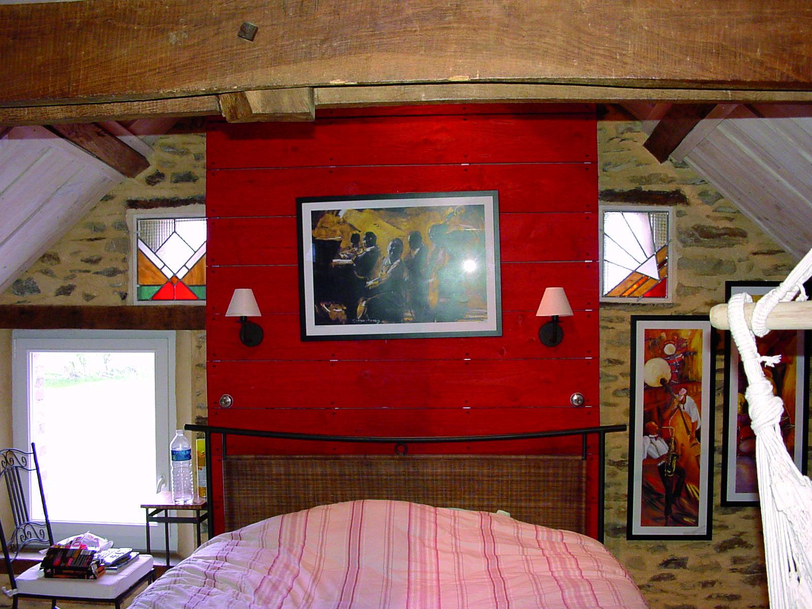 vitraux fabriqués sur mesure pour deux lucarnes offrant de la lumiere le jour et se transformant en lampe la nuit.